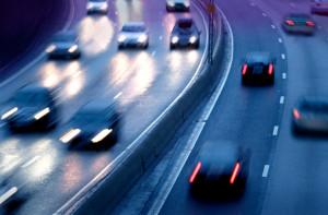 Auf der Autobahn sollte bei einem Unfall besondere Vorsicht gelten, da hier mit erhöhter Geschwindigkeit gefahren wird.
