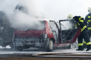 Ein tödlicher Autounfall: Die Polizei und der Notruf muss dringend informiert werden.