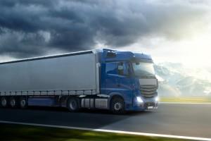 Um einen Unfall mit einem LKW zu vermeiden, sollte immer achtsam und vorausschauend gefahren werden.