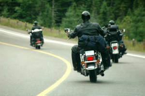 Bei einem Unfall sind Motorradfahrer meist gefährdeter als Pkw-Fahrer.