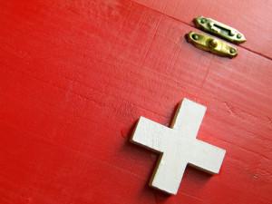 Bei dem Erste-Hilfe-Kurs wird der Koffer für eine Versorgung genau analysiert.