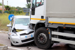 Bei einem Schaden nach einem Verkehrsunfall schalten Sie unbedingt Ihre Versicherung ein.