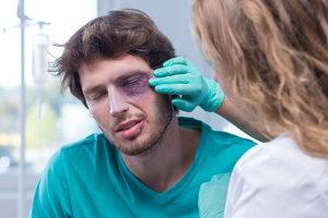 Zur Nutzungsausfallentschädigung kommt das Schmerzensgeld hinzu, wenn das Unfallopfer verletzt worden ist.