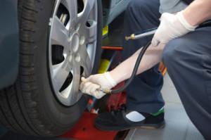 Reifenpanne: Was tun? Diese Frage wird von vielen Autofahrern gestellt.