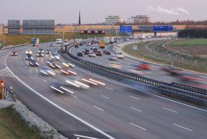 Eine Rettungsgasse auf der Autobahn ist sehr wichtig und spart den Einsatzkräften Zeit.