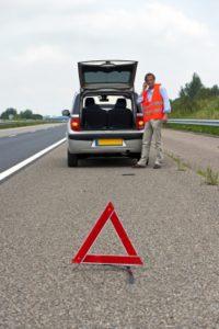 Die Unfallstelle müssen Sie absichern, nach einem Verkehrsunfall.