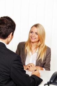 Nach einem Verkehrsunfall kann ein Anwalt bei Fragen mit fachmännischem Rat zur Seite stehen.
