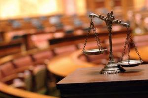 Eine Klage auf Schmerzensgeld wird vor Gericht behandelt.