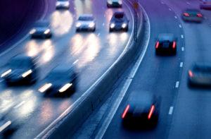 Eine Nötigung im Straßenverkehr sollten Sie anzeigen, wenn Sie stark ausgebremst wurden.