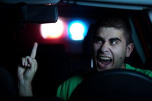 Eine Strafe wegen Nötigung erfolgt nicht gleich beim Zeigen eines Stinkefingers.