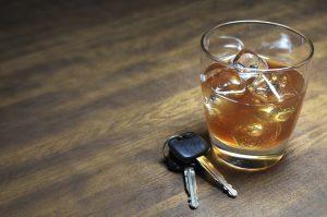 Wer mit Vorsatz eine Geschwindigkeitsüberschreitung oder Trunkenheit am Steuer begeht, handelt rechtswidrig.