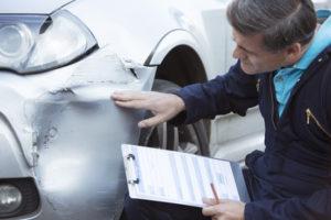 Wenn die Autotür geöffnet ist und ein Unfall entsteht, sollte dies von der Polizei geregelt werden.