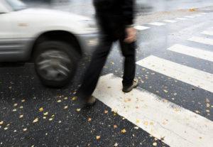 Wenn ein Fußgänger angefahren wird, müssen umgehend die Polizei und der Rettungsdienst verständigt werden.