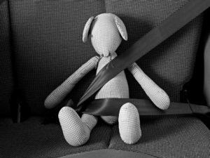 Um mit einem Kind einem Unfall vorzubeugen, sollte die Anschnallpflicht beachtet werden.