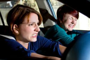 Nach einem Parkhausunfall sollte die Polizei und wenn nötig ein Krankenwagen gerufen werden.