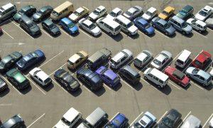 Auf einem Parkplatz kommt es vermehrt zu einem Rangierunfall.