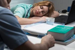 Bei Übermüdung auf der Arbeit ist der Sekundenschlaf für einen Unfall häufigste Ursache.