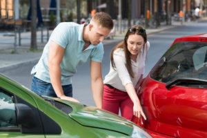 Unfall und beide haben Schuld: Dann entscheidet die Versicherung, zu welchen Teilen genau.