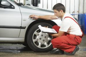 Den Unfallhergang muss beschrieben werden. Dabei kann das Gutachten von einem Sachverständigen helfen.