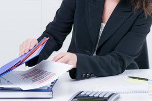 Sollen Sie den gegnerischen Unfallbericht anfordern, kann Ihnen ein Anwalt helfen.