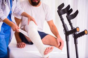 Sie erhalten Schadensersatz (Schmerzensgeld) zum Beispiel für einen Knochenbruch.