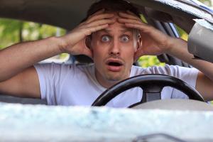 Kommt es in der Probezeit vom Führerschein zu einem Unfall, sind junge Fahrer oft verunsichert